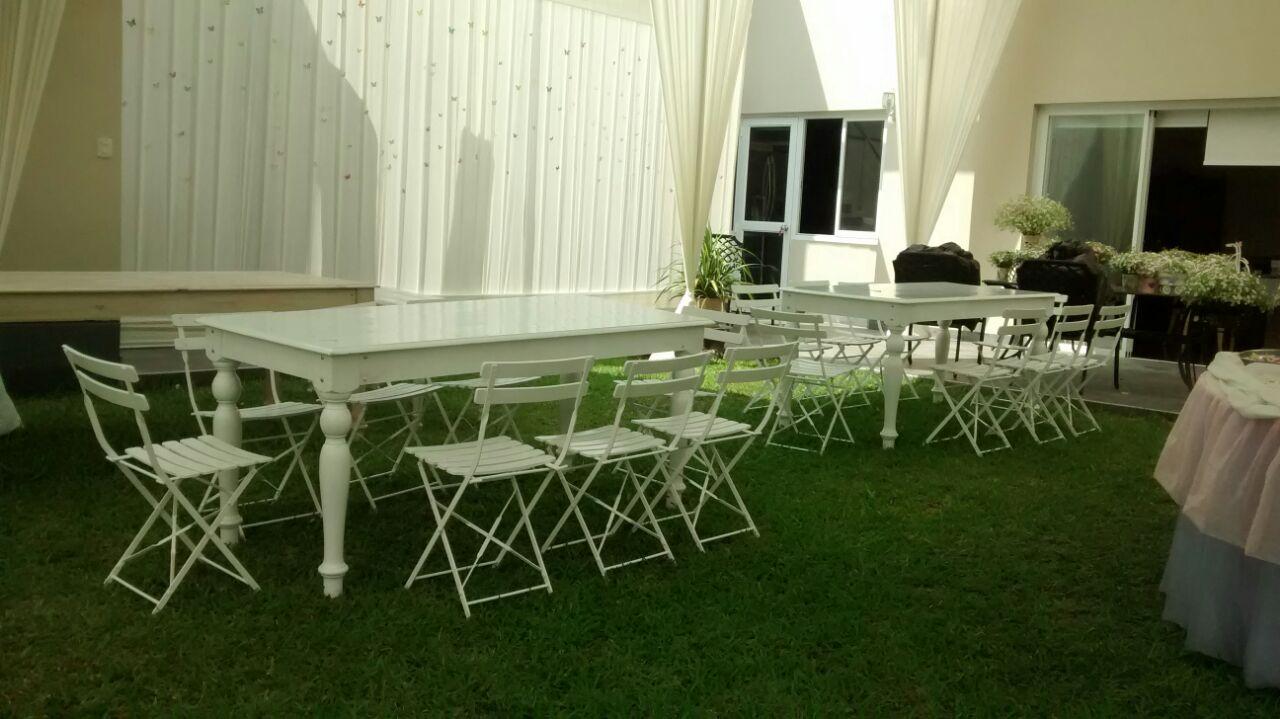 Mesas vintage blancas y sillas salas lounge mesas altas for Sillas blancas vintage